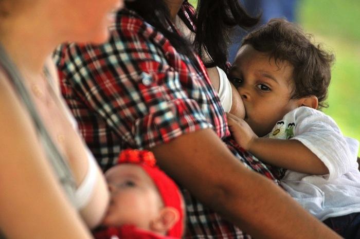 Hasta ayer, las imágenes de mujeres amamantando a sus hijos eran restringidas. ahora Facebook quitó esta restricción. Foto: EFE