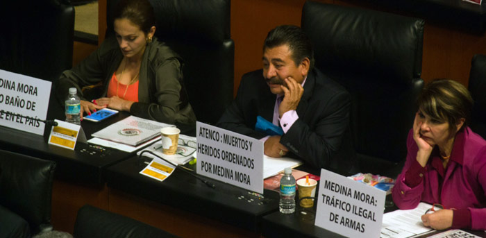 Senadores del PRD colocaron letreros de protesta en sus curules Foto: Ariana Pérez, SinEmbargo