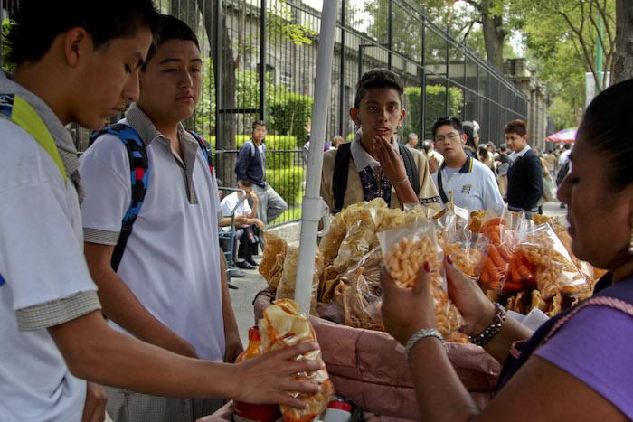 Dentro y fuera de las escuelas suelen venderse alimentos con alto contenido de azúcar, grasa y sal. Foto: Cuartoscuro