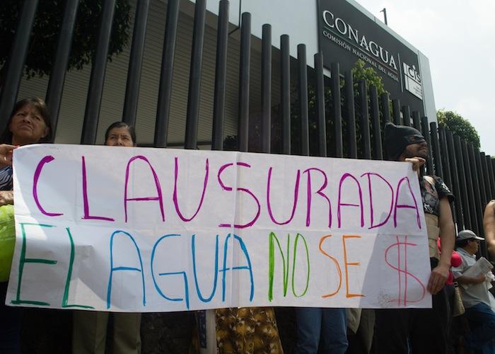 Ciudadanos y activistas clausuraron ayer de manera simbólica la Conagua. Foto: Ariana Pérez, SinEmbargo
