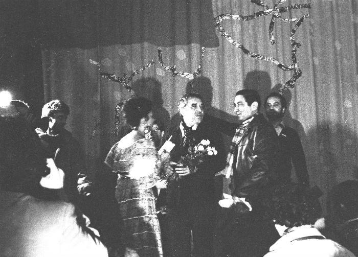 Con la cantante Totó La Momposina, cuando recibió el Nobel. Foto: Archivo de Darío Arizmendi