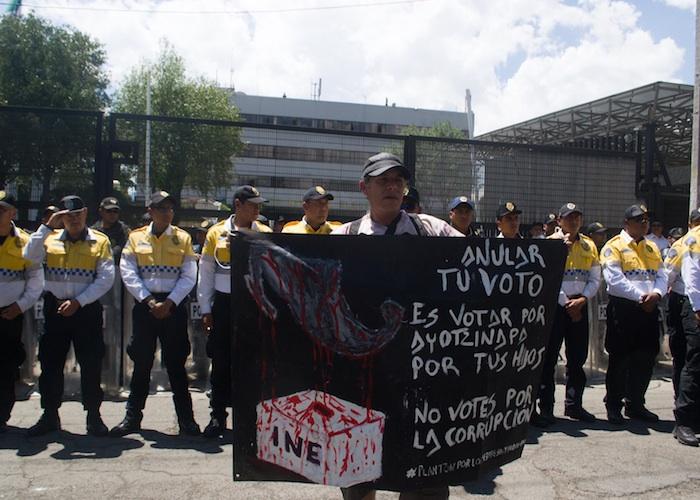 Padres de los 43 frente a las instalaciones del INE en el DF. Foto: Ariana Pérez, SinEmbargo