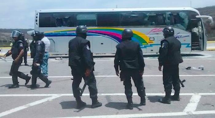 Policías frenan paso de normalistas. Foto: El Sur