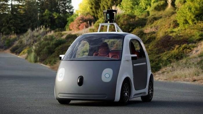 Alternativas como coches autónomos y fuentes de energía limpias se apuntan como la tendencia a seguir en la industria automotriz. Foto: EFE
