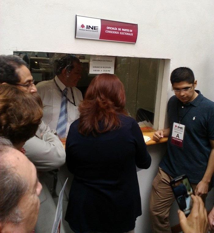 Académicos y especialistas acudieron al INE para pedir que quite el registro del PVEM. Foto: Especial.