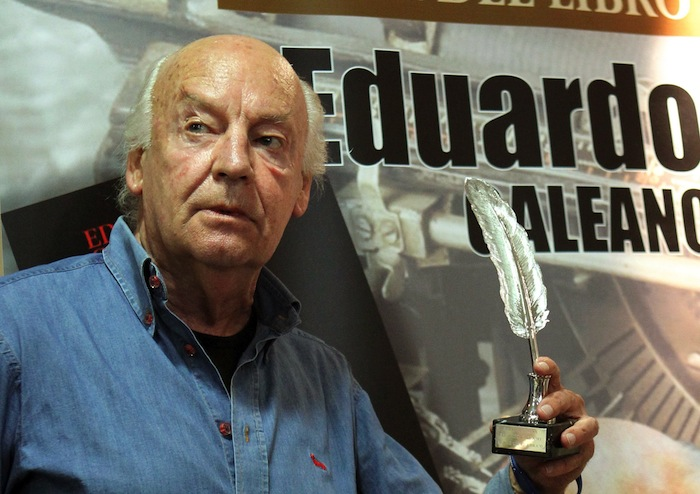 Galeano posa con la Pluma de la Crítica. Foto: EFE.