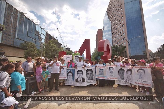 """Padres de los 43 inauguraron el """"antimonumento"""" por los 43 en Reforma. Foto: Francisco Cañedo, SinEmbargo"""