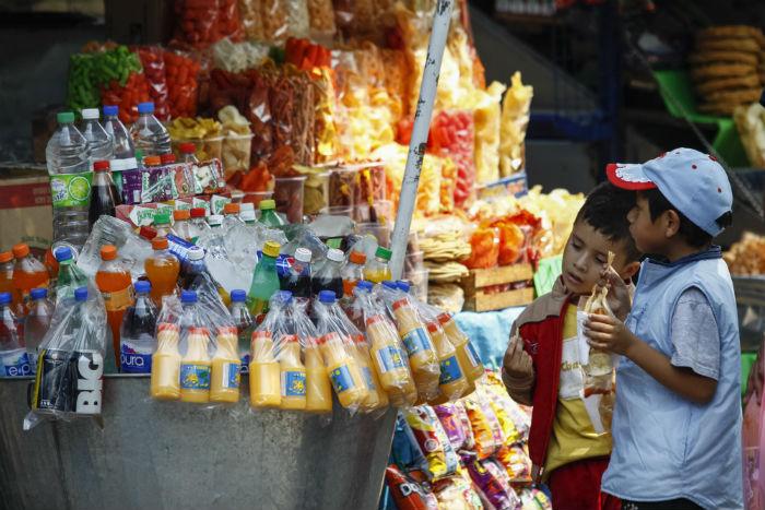 Por ley está prohibido vender dentro y fuera de las escuelas alimentos que no cumplan con estándares de calidad. Foto: Cuartoscuro