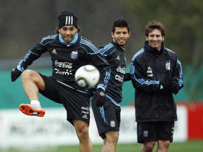 Carlos Tévez y Lionel Messi durante una práctica con la selección argentina. En el medio, el Kun Agüero. Foto: Leo Lavalle/efe