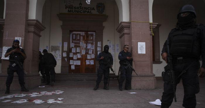 Policía Federal habrían abierto fuego sin motivo contra los manifestantes que pasaban esa noche ocupando el Palacio Municipal de la ciudad. Foto: Cuartoscuro