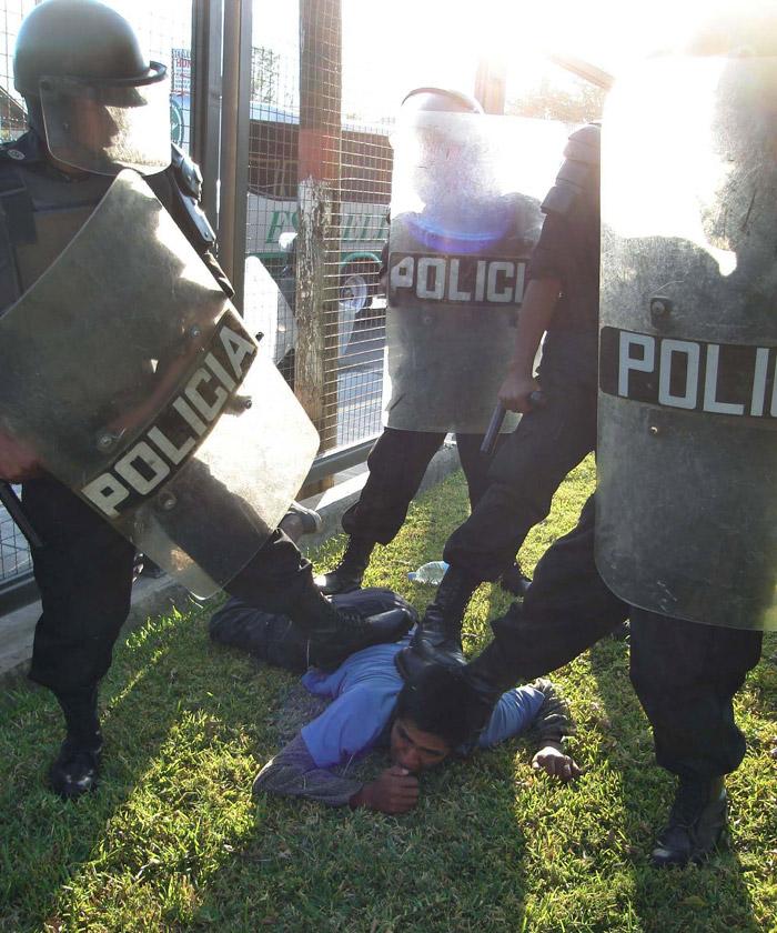 14 de noviembre de 2007. Un estudiante es sometido por fuerzas del Estado durante el desalojo violento. Foto: Cuartoscuro