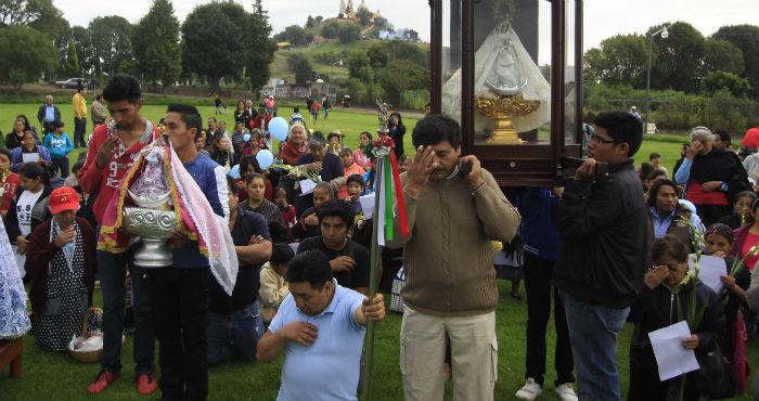 Habitantes de San Pedro y San Andrés Cholula, realizaron una peregrinación para manifestar su rechazo a la expropiación en los terrenos aledaños a la pirámide de Cholula como parte del proyecto del Parque de las 7 Culturas impulsado por el gobierno estatal. Foto: Cuartoscuro