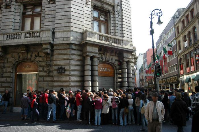 La sucursal de Zara, ubicada en el Centro Histórico de la Ciudad de México, tiene un gran número de visitantes diarios. Foto: Cuartoscuro