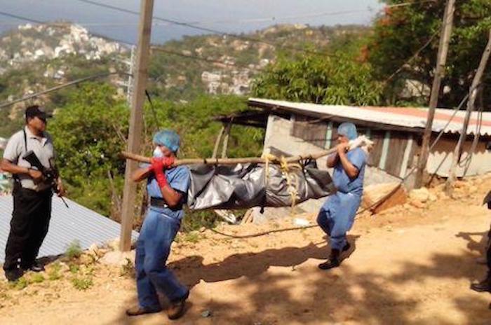 Trabajadores de Semefo trasladan uno de los cuerpos hallados en fosas. Foto: El Sur
