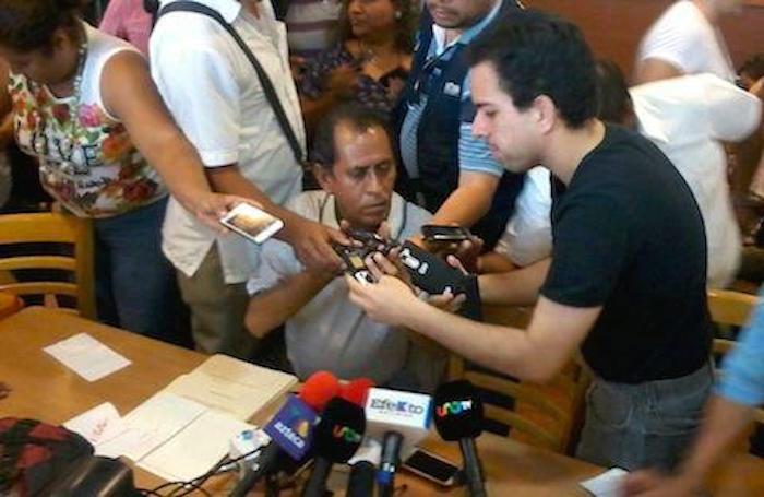 Conferencia de prensa en la que vía telefónica se confirmó la muerte de los desaparecidos. Foto: Carlos Enrique Delgado de El Sur., especial para SinEmbargo.