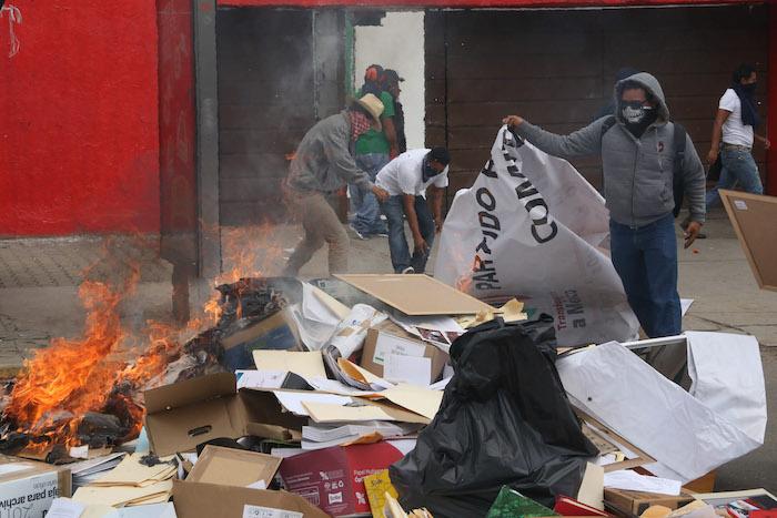 Maestros de la sección 22 de la CNTE vandalizaron este jueves a las instalaciones del PRI. Foto: Cuartoscuro.