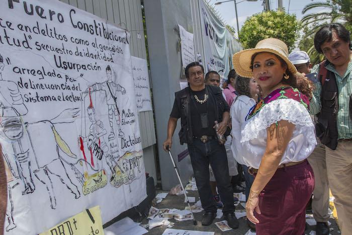 Los simpatizantes de Morena se manifestaron por más de dos horas afuera de la sede del IEDF. Foto: Cuartoscuro