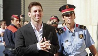 El futbolista del F.C.Barcelona Lionel Messi, en 2013 a su llegada al juzgado de Gavà, donde declaró como imputado ante el titular del juzgado número 3, acusado de defraudar a Hacienda cerca de 4 millones de euros. Foto: EFE/Archivo