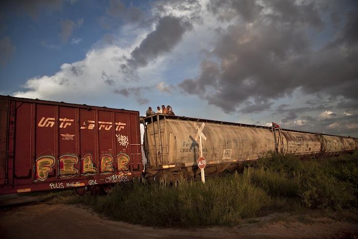 Un grupo de migrantes, viajan arriba de los vagones del ferrocarril de carga, para llegar al norte del país en busca del sueño americano. Foto: Cuartoscuro