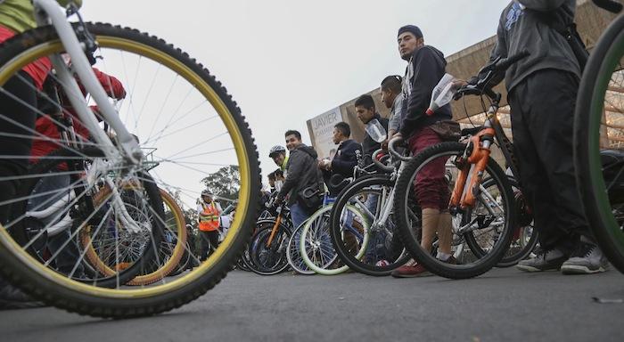 Los vehículos motorizados y la falta de educación vial son los principales peligros para los ciclistas en nuestro país. Foto: Cuartoscuro