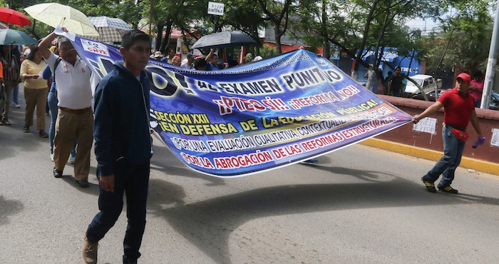Profesores de la sección 22 de la CNTE marcharon ayer en Oaxaca para exigir la cancelación de la evaluación. Foto: Cuartoscuro