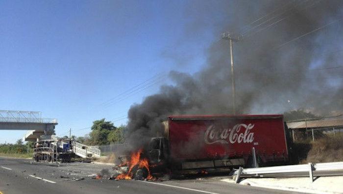 El 4 de agosto de 2014 miembros de la delincuencia organizada quemaron cinco camiones de Coca-Cola. Foto: Twitter.