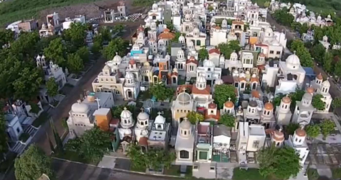 Vista panorámica de los mausoleos de los narcotraficantes de Sinaloa. Foto: Captura de pantalla