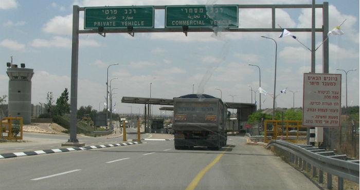 Un camión de Cemex cargado con material de cantera en Yatir, Cisjordania, que actualmente se encuentra ocupada por Israel. Foto: Dror Etkes/The Electronic Intifada