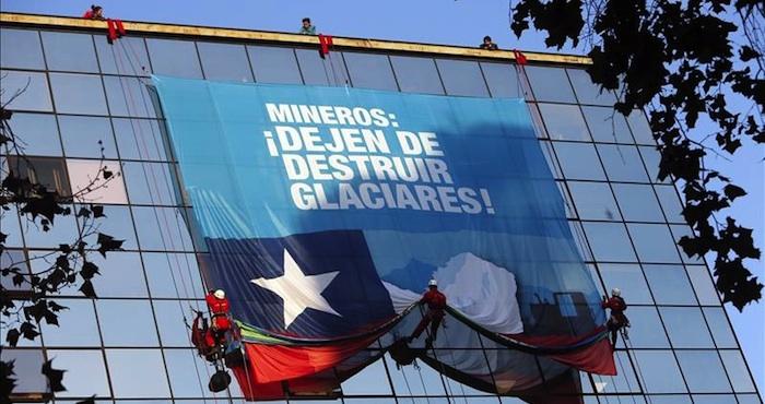 """Greenpeace presenta una """"selección de fútbol"""" que compite en defensa de los glaciares. Foto: EFE"""