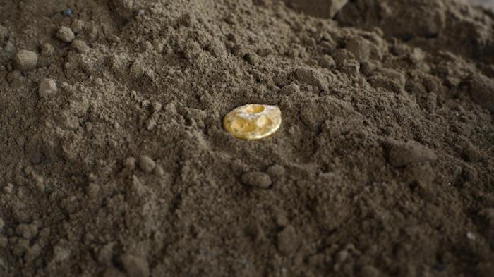 Una pieza de oro con valor de provocó la avaricia de quienes acudieron a ver la obra de . Foto: