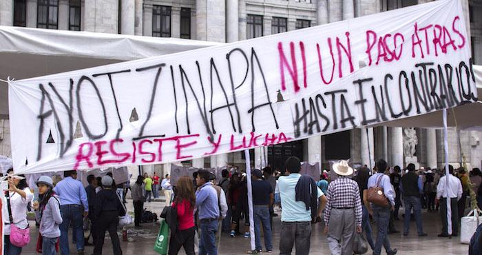 Protesta en el Palacio de Bellas Artes tras cumplirse 9 meses de la desparación de los 43 de Ayotzinapa. Foto Cuartoscuro