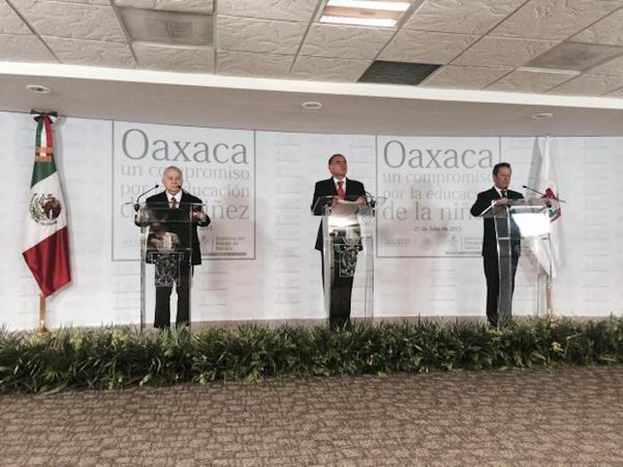 El Secretario de Educación, Emilio Chuayffet; el Gobernador Gabino Cué y el Vocero del Gobierno federal, Eduardo Sánchez. Foto: Presidencia.