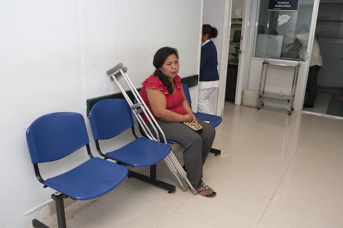 Mujer espera a ser atendida en el Hospital de Alta Especialidad Gustavo A. Rovirosa en Villahermosa, Tabasco. Foto: Cuartoscuro
