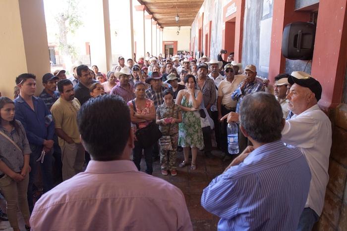 Los pobladores realizan asambleas para recabar firmas en rechazo al confinamiento. Foto: Cuartoscuro
