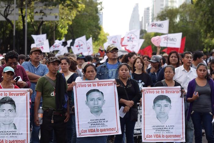 Familiares de los 43 en la marcha por los 10 meses de la desaparición de los normalistas. Foto: Francisco Cañedo, SinEmbargo.