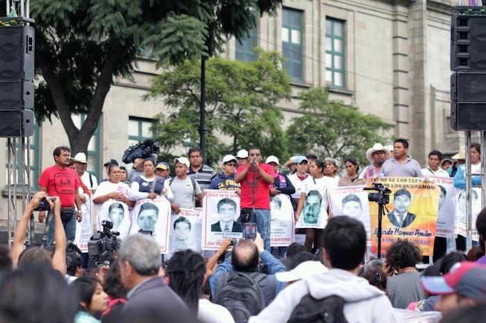 Los padres de los 43 realizan un mitin en el Zócalo Capitalino. Foto: Francisco Cañedo, SinEmbargo