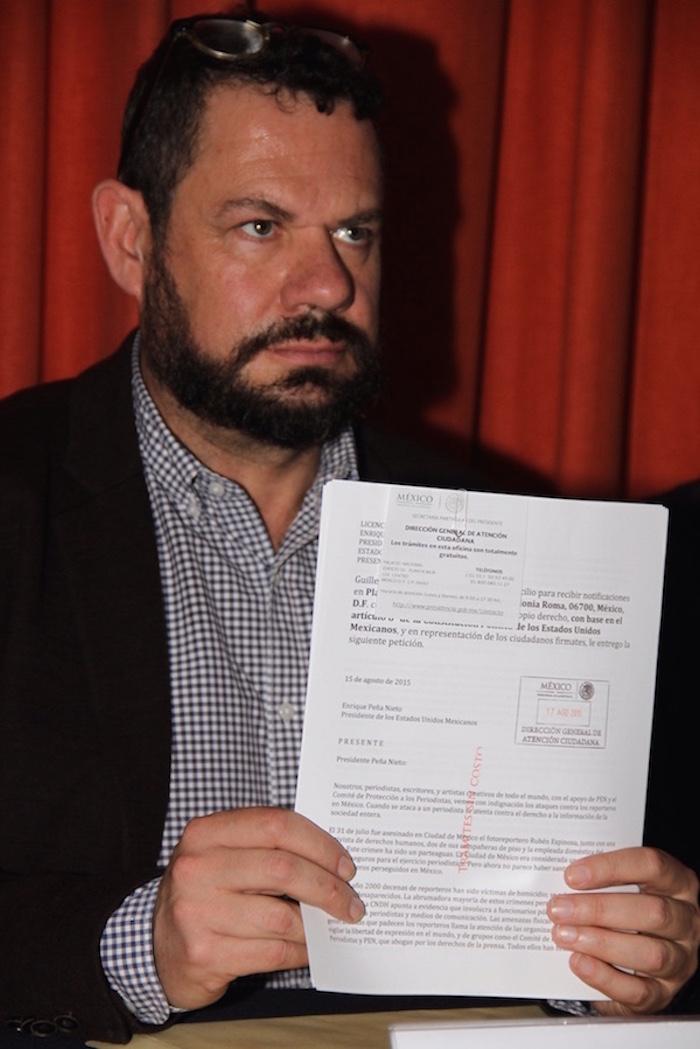 Guillermo Osorno muestra la carta suscrita por escritores e intelectuales de todo el mundo. Foto: Luis Barrón, SinEmbargo.