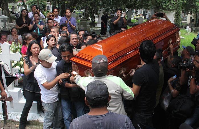 Rubén Espinosa fue enterrado entre aplausos y exigencias de justicia. Foto: Luis Barrón, SinEmbargo