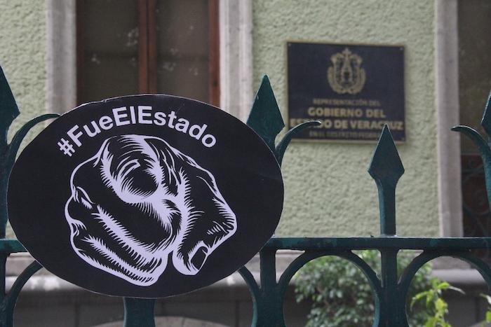 Manifestación frente a la representación del Gobierno de Veracruz en el DF. Foto: Luis Barrón, SinEmbargo