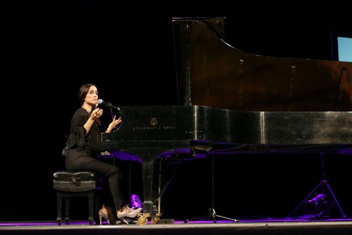 Julieta Venegas al pino en el Teatro de la Ciudad. Foto: Francisco Cañedo, SinEmbargo