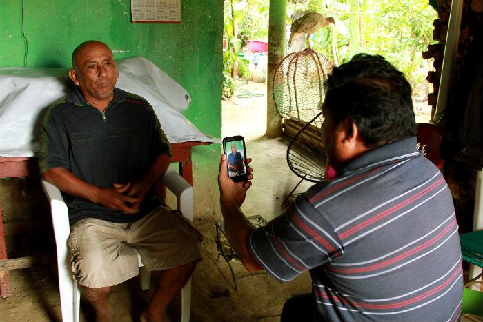 Un votante cerca de San Marcos, Guerrero habla con Miguel Ángel Jiménez Blanco, líder comunitario de UPOEG y activista político, sobre como un partido político ofreció comprar su voto durante las elecciones en junio de 2015. Foto: Kara Andrade