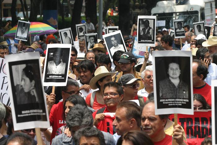 """En 2010 cientos de personas exigieron """"Porque los queremos vivos, no más violencia contra los periodistas"""". Foto: Cuartoscuro"""