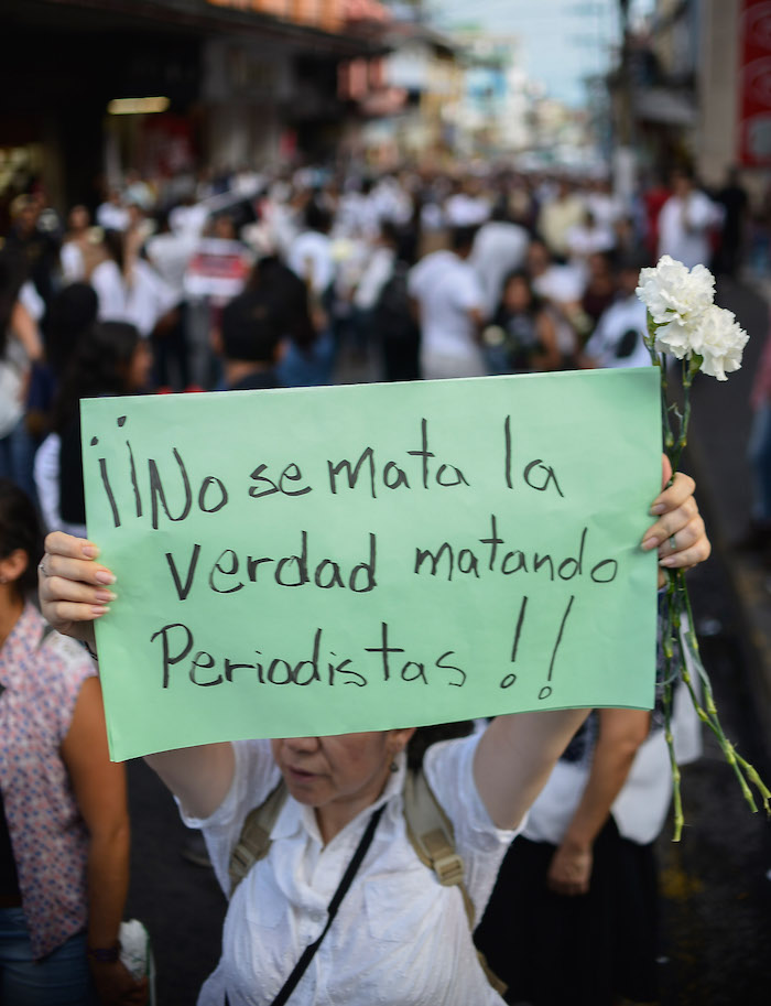 Protesta en Xalapa, Veracruz, por el multihomicidio de la Narvarte, donde fueron asesinados la activista Nadia Vera y el fotoperiodista Rubén Espinosa. Foto: Cuartoscuro.