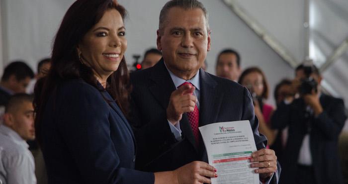Manlio Fabio Beltrones y Carolina Monroy del Mazo, acudieron a realizar su registro como candidatos a la presidencia y secretaria del PRI. Foto: Cuartoscuro