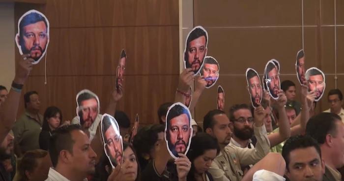Los periodistas permanecieron de pie durante el discurso de Osorio Chong. Foto: Especial