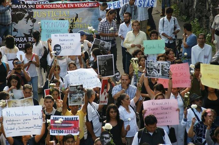 Las manifestantes llevan carteles en los que exigen la dimisión de Javier Duarte. Foto: Jan Xahuentitla, Vice
