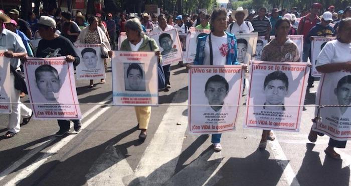 Padres de los 43 encabezan marcha a once meses de la desaparición de los jóvenes. Foto: Twitter @masde131