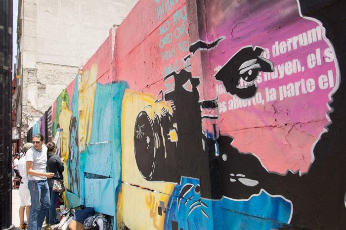 """El colectivo """"Bardas para no olvidar"""" integrado por artistas gráficos, fotógrafos, reporteros y comunicadores realizaron una pinta por los hechos ocurridos en la colonia Narvarte, en donde fueron asesinatos el fotoperiodista Rúben Espinosa, Nadia Vera, Yesenia Quiroz, Alejandra Negrete y Mile Virginia. Foto: Cuartoscuro"""