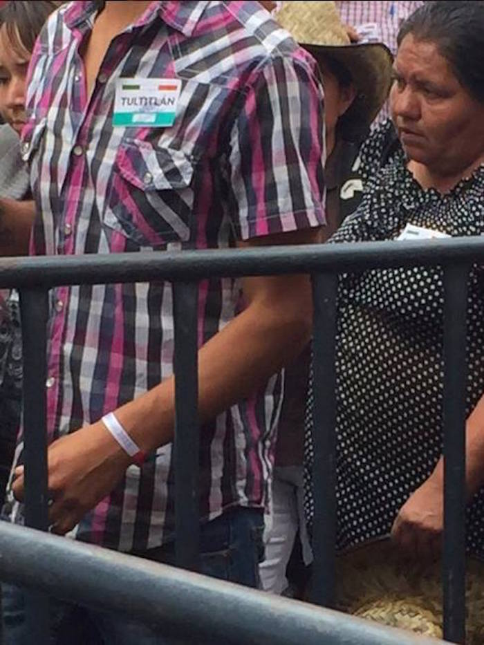 En redes sociales denunciaron que personas acarreadas de diversos municipios del Estado de México, identificados con gafetes, arribaron al Zócalo. Foto: Twitter @kofres