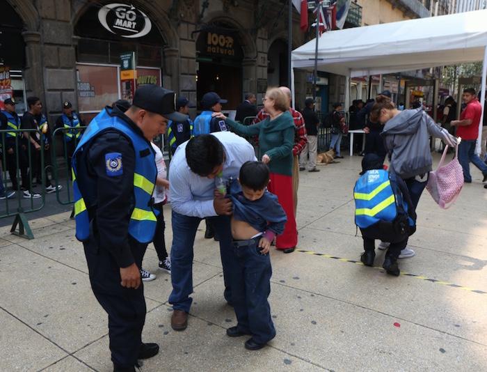 En el Zócalo Capitalino los menores de edad tuvieron que mostras a los uniformados que no traían nada bajo la ropa. Foto: Francisco Cañedo, SinEmbargo